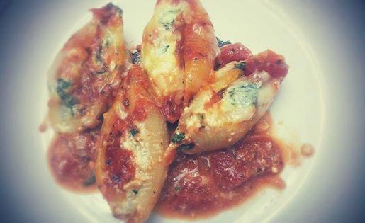 Coquilles aux fromages, épinards et sauce tomates