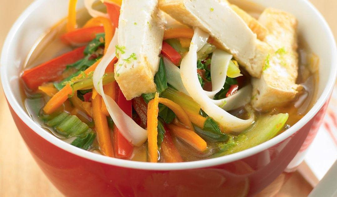 Soupe Tom yum aux légumes, au cari rouge et au lait de coco
