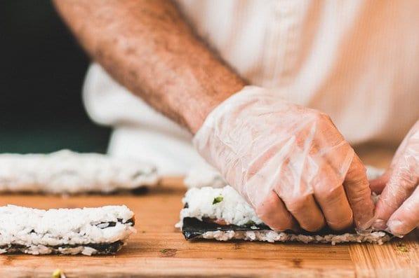 Le port des gants en cuisine, un gage de propreté?